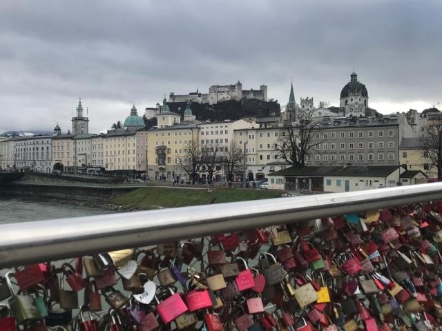 Liebesschlösser und Festung im Hintergrund