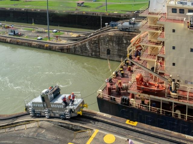 Schiff wird durch die Schleuse gezogen
