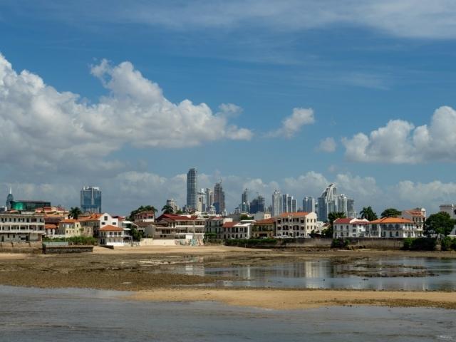 Blick auf die Altstadt und die Skyline