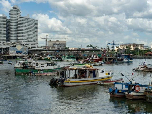 Fischerboote vor dem Marktgebäude
