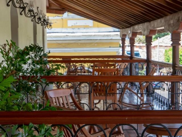 Nicaraguas Kolonialstädte: Terrasse des Hotels Plaza Colon