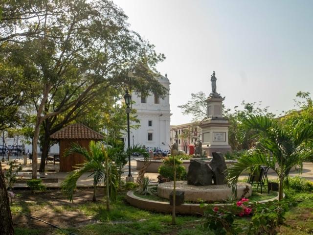 Nicaraguas Kolonialstädte: Park vor der Kathedrale in Leon