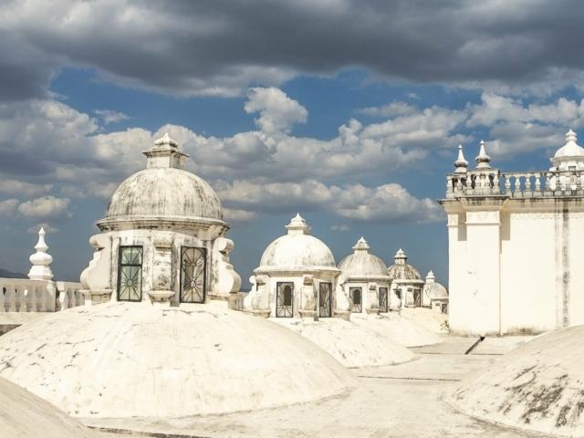 Nicaraguas Kolonialstädte: am Dach der Kathedrale von Leon