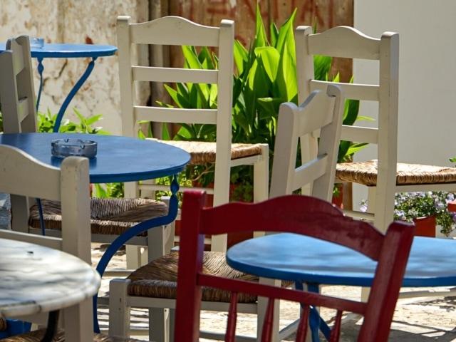 griechische Stühle und Tische